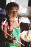 Портрет милой девушки держа paintbrush Стоковое фото RF