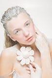 Портрет милой девушки есть зефиры Фото искусства напудренный сахар Стоковые Фотографии RF