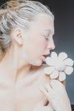 Портрет милой девушки есть зефиры Фото искусства напудренный сахар Стоковое Изображение