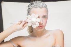 Портрет милой девушки есть зефиры Фото искусства напудренный сахар Стоковое Изображение RF