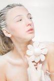 Портрет милой девушки есть зефиры Фото искусства напудренный сахар Стоковые Изображения RF