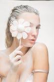 Портрет милой девушки есть зефиры Фото искусства напудренный сахар Стоковые Изображения