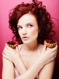 Портрет милой девушки есть торт, конец вверх Стоковые Фотографии RF