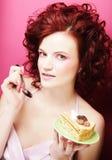Портрет милой девушки есть торт, конец вверх Стоковые Фото