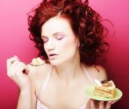 Портрет милой девушки есть торт, конец вверх Стоковая Фотография