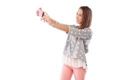 Портрет милой девушки делая фото selfie через isola smartphone Стоковые Фотографии RF