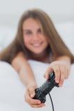 Портрет милой девушки играя видеоигры Стоковое фото RF