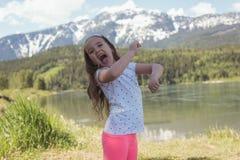 Портрет милой девушки имея потеху около реки Стоковое Изображение RF