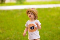 Портрет милой девушки малыша в смешной шляпе Стоковые Изображения RF