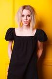 Портрет милой девушки на желтой предпосылке Стоковые Изображения