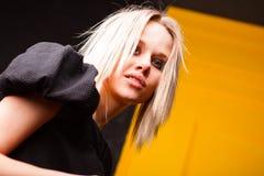 Портрет милой девушки на желтой предпосылке Стоковое Изображение