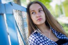 Портрет милой девушки на земле спорт Стоковые Фото