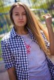 Портрет милой девушки на земле спорт Стоковая Фотография
