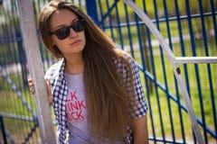 Портрет милой девушки на земле спорт Стоковые Изображения