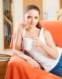 Портрет милой девушки на кресле Стоковые Изображения