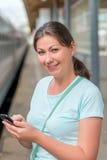 Портрет милой девушки около поезда Стоковая Фотография