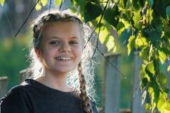 Портрет милой девушки подростка в парке Стоковые Фотографии RF