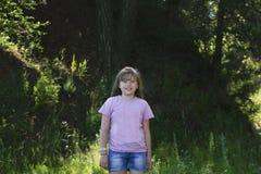 Портрет милой девушки подростка в парке Стоковые Изображения