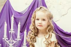 Портрет милой девушки представляя в украшенной студии Стоковое Фото