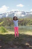 Портрет милой девушки скача около реки Стоковые Фото