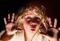 Портрет милой девушки смотря камеру Стоковые Изображения