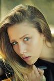 Портрет милой девушки снаружи Стоковое Изображение RF