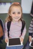 Портрет милой девушки стоя с цифровой таблеткой Стоковые Фото