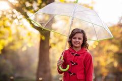 Портрет милой девушки с зонтиком на парке Стоковые Изображения