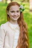 Портрет милой девушки с длинными красными волосами в парке Стоковое Фото