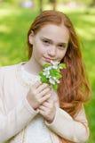 Портрет милой девушки с длинными красными волосами в парке Стоковое Изображение