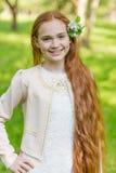 Портрет милой девушки с длинными красными волосами в парке Стоковое фото RF