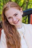 Портрет милой девушки с длинными красными волосами в парке Стоковые Изображения RF