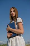 Портрет милой девушки с книгой в их руках Стоковые Изображения