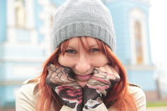 Портрет милой девушки с красными волосами в шляпе внешней Стоковые Изображения