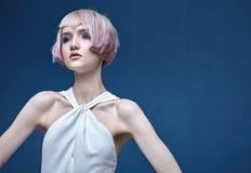 Портрет милой девушки с красочным coiffure Стоковое Изображение