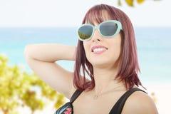 Портрет милой девушки с солнечными очками Стоковые Фото