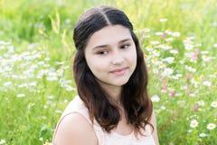 Портрет милой девушки с стилем причёсок длинных волос на снаружи Стоковая Фотография
