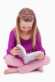 Портрет милой девушки читая книгу Стоковые Изображения