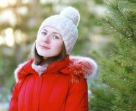 Портрет милой девушки outdoors в зиме Стоковое Изображение RF