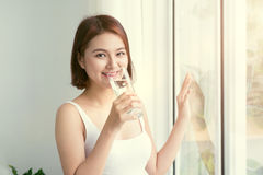 Портрет милой женщины держа стеклянной с водой Здоровый образ жизни, вегетарианская диета и еда Вода питья Здравоохранение и Bea Стоковые Фото