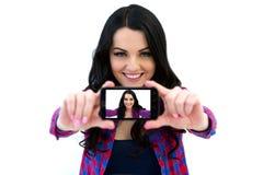 Портрет милой женщины делая фото selfie на smartphone Стоковое Изображение RF