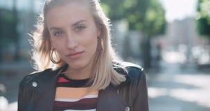 Портрет милой женщины моды в городе в Европе видеоматериал