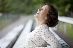 Портрет милой женщины смеясь над на парке Стоковое Изображение RF