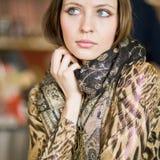 Портрет милой женщины с длинными волосами Стоковое Изображение RF