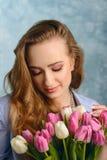 Портрет милой женщины с цветками Стоковое Изображение RF