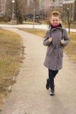 Портрет милой женщины blondie моды смотря камеру светя усмешка Стоковое фото RF
