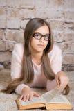 Портрет милой книги чтения девушки школы Стоковое фото RF