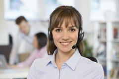 Портрет милой коммерсантки в офисе на телефоне, головы Стоковые Фото