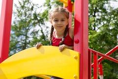 Портрет милой маленькой девочки играя на спортивной площадке Стоковое Изображение RF