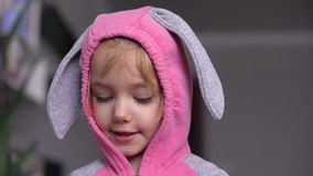 Портрет милой маленькой девочки одел в костюме зайчика пасхи сток-видео